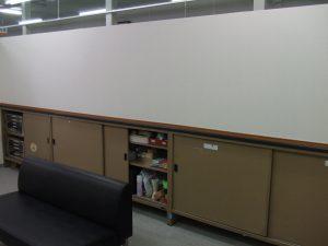 市長室側から、ソファがひとつ。市長面談の待機場所。
